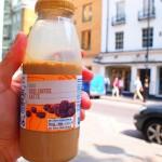 コーヒー牛乳を持って街中をうろつく日本人