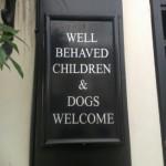 行儀の良い子供と犬