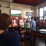 イギリスのパブでサッカー観戦するおばさん